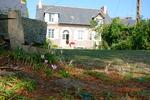 Eine große Rasenfläche erstreckt sich vor dem Ferienhaus