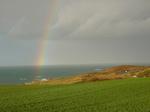 Ein Regenbogen spannt sich über das Cap Fréhel
